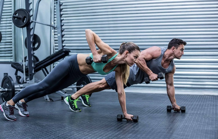 fit couple training with dumbells