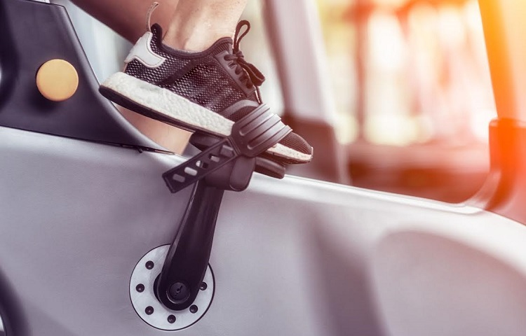 how to adjust pedals on spin bike